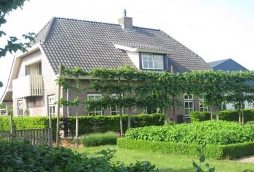 Boerderijwoning met opslagloodsen te Zevenbergschenhoek